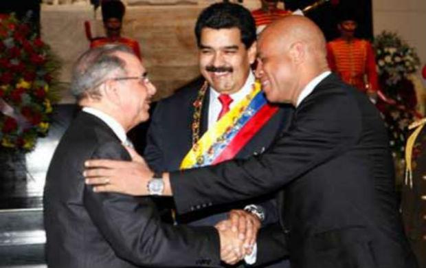 Président dominicain Danilo Medina sous le regard du Président Vénézuélien Nicolas Maduro